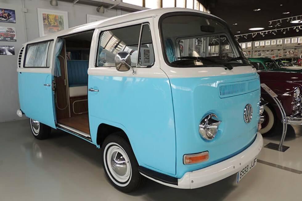 alquiler de furgoneta Volkswagen hippie kombi t2 azul y blanca en valencia