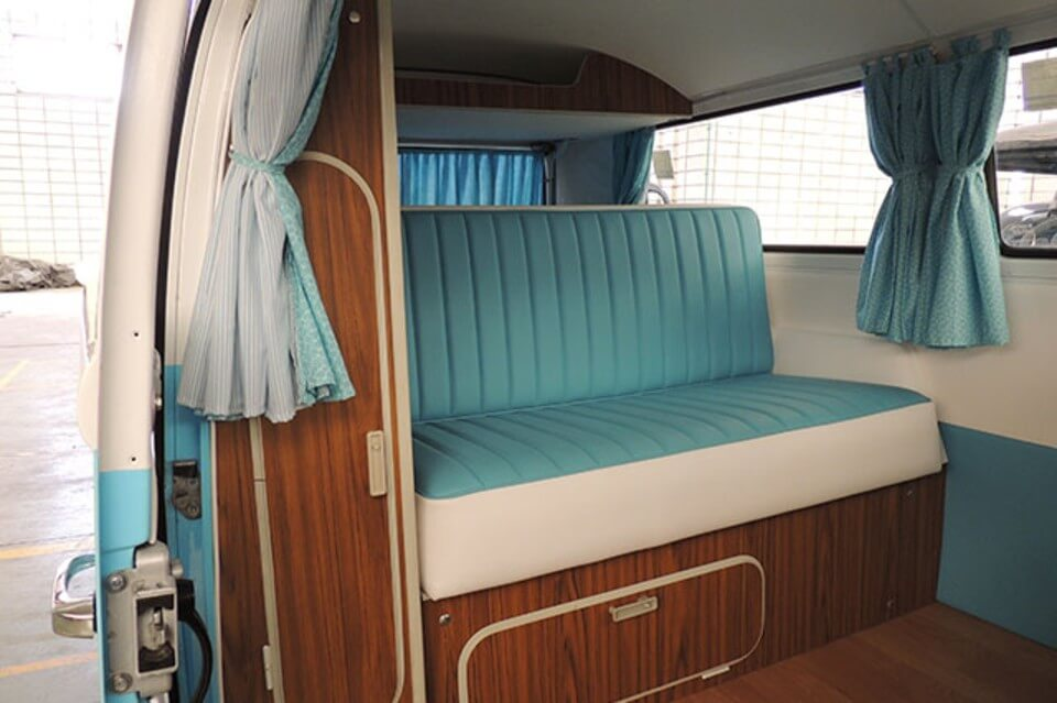 furgonetas para bodas alquiler volkswagen hippie kombi t2 blanca azul en valencia bodas eventos rodajes jj dluxe cars interior